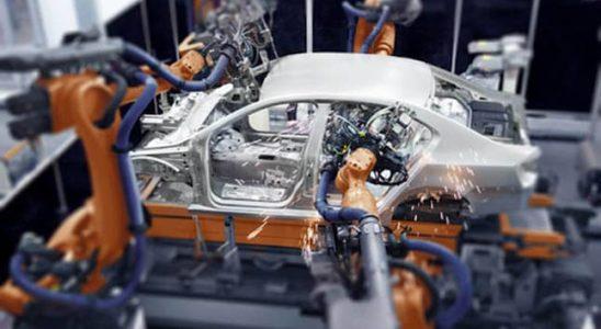 robot fabricando un coche