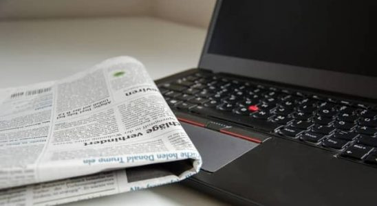 ordenador y periódico